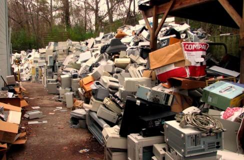 Come disfarsi dei rifiuti elettrici ed elettronici, le 5 regole d'oro
